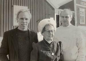 """NYA KRAFTER 1984. Antikhandlaren Bertil Karlssons änka Hilma överlät affären till Sven Erik Pettersson (till vänster) och Nicke Asplund (till höger). I dag driver Svenne affären tillsammans med sin sambo Camilla Åhlén. """"Fast jag önskar att det fanns någon mer handlare i stan som delade mitt blodiga intresse för gammalt"""", säger han."""