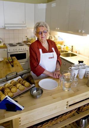 Asta Kriström gör första dagen på Brunnsgatan 59. Hon planerar att hjälpa till där en gång i veckan.– Friheten du har som pensionär är det bästa, säger hon