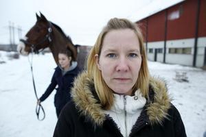 Susanne Steen kom undan med blotta förskräckelsen tillsammans med hästen Eskil efter att de blivit angripna av två hundar, med en rottweiler i spetsen under lördagseftermiddagen.