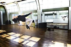Sandor Bresovski från Söderhamn är snabb att testa dansgolvet på Uddans, som också är friskolan MoveITgymnasiets lokaler. Han dansar breakdance och hip hop.