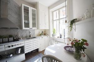 Köket, som var brunrött på mormor Kerstins tid, har Johanna målat vitt. I skåpen står Kerstins glas och skålar. Utanför fönstret skymtar lägenheterna i den andra trappuppgången, där Johannas mamma bor.