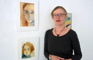 Elena Sahlin med ett par av sina porträtt.