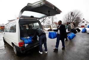 Abdirahman Yusuf Hassan och Alraxman Xasi Mahamad lastar in sitt bagage för att åka sista etappen på sin flykt från Somalia till sin nya bostad i Stöde.
