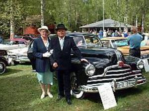 Foto: MARIANNE LUNDQVIST\nElegant. Detta mycket eleganta ekipage tog hem tredjeplatsen i bilklassen: Jan och Karin Nordensson från Sundsvall med sin Pontiac Streamliner 1947, den enda i hela Norden i sitt slag.