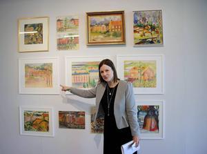 Konstcentrums Hanna Nordell framför verk av Ester Henning.