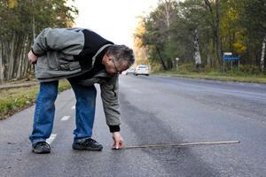 Hanno Nilsson tycker inte om Stugsundsvägen. En del av sträckan är sliten och asfalten har stora hål.