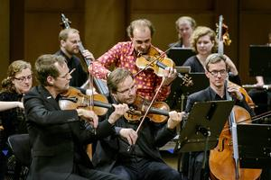 Publikfavoriten Gilles Apap drar med sig Nordiska Kammarorkestern på musikalisk världsomsegling.