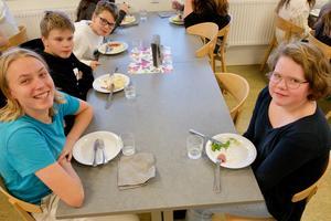 – Falukorven är jättegod och med mos är den ännu godare, konstaterar Nils Kojan, som äter tillsammans med Olle Salomonsson, Atle Blomqvist, Hilma Zetterström på skolan i Funäsdalen.