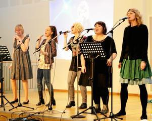 80-talskör. Lärarna Inger Stähring, Marie Hayward, Malin Liljeqvist, Terese Carlsson och Johanna Broms framförde ett 80-talsmedley.