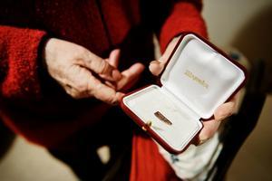 Tjuvarna stal bland annat Rut Nylanders förlovningsring från 1944.