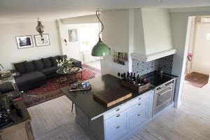 Över den stora köksbänken hänger en grön grislampa, ett av Doreen Månssons alla fynd som nu har sin plats i huset.