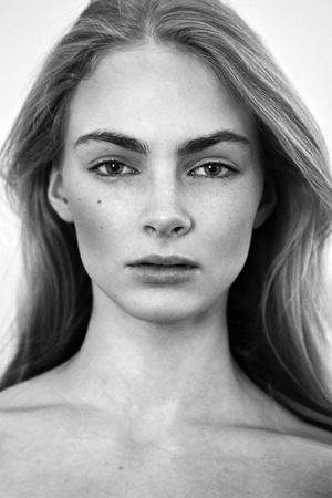 Julia Schneider från Gävle, som fyller 18 år i dag, upptäcktes vid Elite Models casting i Gallerian Nian i slutet av 2011. Nu har hon inlett sin modellkarriär och reser snart till London och New York för att arbeta. I vår syns hon på ett modeuppslag i tidningen svenska Elle.