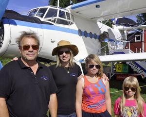 Air-campers familjen Toivio, Raimo, Marke,Tuuli och Merete poserar stolta framför deras enmotoriga dubbeldäckare.