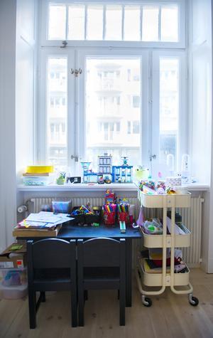 Ett litet skrivbord som passar en kreativ och pysslande 6-åring. Den lilla förlängningen av Jontes rum skapar gemenskap.