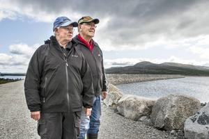 Gösta Bergkvist och Rolf Bergvall blickar ut över Stora Stensjön från kraftverksdammen.