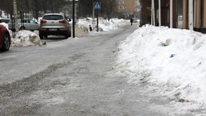 Det är rejält halt på många ställen i Fagersta. Inte minst kan det bli problem på trottoarer, påpekar meteorologen Nitzan Cohen.