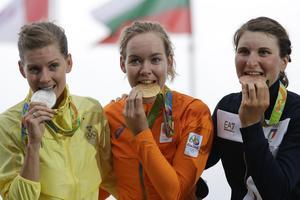 Silvermedaljören Emma Johansson, guldmedaljören Anna van der Breggen och bronsmedaljören Elisa Longo Borghini.