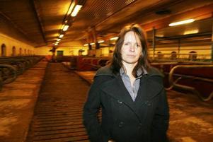 SAKNAR DJUREN. Kicki Westlund står numera med en tom ladugård. I nästan tio år försökte hon och hennes man driva mjölkgården, men lönsamheten                             var inte bra nog för att försörja hela familjen.