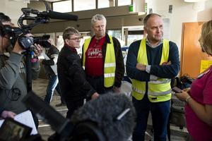 Det var många som ville tala med Jonas Sjöstedt under besöket i Sollefteå.
