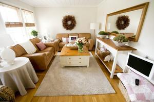 Öppet. Vardagsrummet hänger ihop med köket och ger en stor öppen yta i huset.