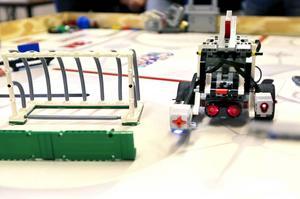 Roboten, som eleverna i årskurs sex på Näldenskolan har byggt, slingrar sig förbi hindren på banan. Efter några provkörningar och justeringar kan den åka och hämta ett föremål som den tar med sig tillbaka till startplatsen.