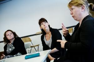 Föräldramöte. Pernilla Lindroth, Susanne Andersson och Monika Andersson var några av de föräldrar som möttes i måndags för att diskutera framtiden. Bland annat pratade man om att öppna upp en                                           egen förskola. Foto: Filip Erlind