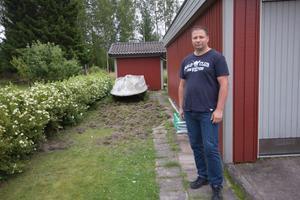 Anssi Pakarinen och Lotta Andersson möttes av stora hål i gräsmattan när de skrämt iväg vildsvinen.