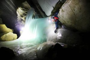 Vid ingången till grottan har svallisen bildat en magisk isvägg.