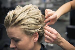Matt Wax som gnuggas varm och mjuk mellan handflatorna fördelas sedan ut i hårslingor. Det är för att skapa struktur på frisyren som är mer rockig och cool än 60-tals stylingen.