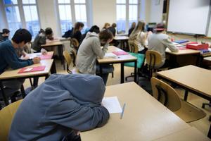 Dagens ungdomar behöver sova på morgonen. Därför förordar insändarskribenten att skolans lektioner börjar senare på dagen.