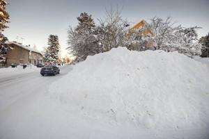 """överskottat. Någonstans i den här snöhögen finns ett elskåp och en sandlåda. En av företagarna i området oroar sig för vad som kan hända om till exempel en säkring behöver bytas. """"Hur ska man då veta var skåpet är?"""" säger han."""