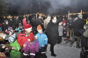 Sara Amrén är en av arrangörerna i tomtevandringen, här på bild tillsammans med barnen Ella och Hampus Norman. Tomtevandringen arrangeras av Ängesbergs bua, en ideell förening som anordnar aktiviteter för barn och ungdomar i Ragunda.
