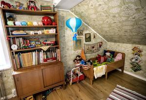 På övervåningen har tvåårige Sixten sitt sovrum.