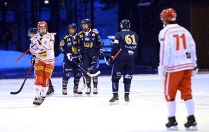 Marcus Persson klappas om av lagkamraten Isak Bolin.