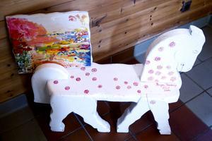 """En av de målningar som Birger Forsberg """"fyllde i"""" inför utställningen i Skaparbyn. Och en hästpall."""