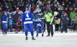 Roland Fager och finske anfallaren Markus Kumpuoja under VM-finalen mot Ryssland. Ryssland vann med 6–1.