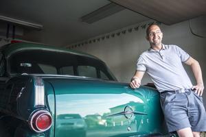 Stefan Edlund framför sin stolthet, en smaragdgrön Pontiac Chieftain.