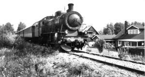 Persontrafiken upphörde 1971, men för inte så länge sedan bedrevs turisttrafik periodvis. Här en bild från Sunnerstaholm i Bollnäs.