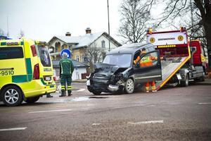 Personbilen blev rejält tilltygad i fronten vid kollisionen.