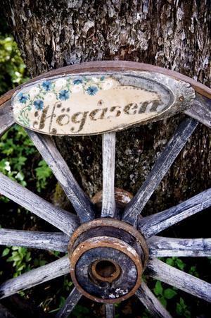 Också ett gammalt hjul kan bli en dekoration.