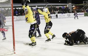 Minuter kvar av derbyt på Hällåsen – då fick hemmalaget jubla över en vunnen poäng efter Anders Spinnars  olyckliga rensning i eget mål. Patrik Aihonen var chanslös.