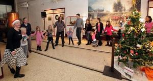 DANSAR UT JULEN. Runt 200 barn och vuxna deltog i julgransplundringen på järnvägsmuseet i Gävle på söndagen.