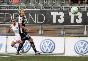 Lisa Lantz från Delsbo är lagkapten i Umeå IK. Här med storstjärnan Marta i bakgrunden.