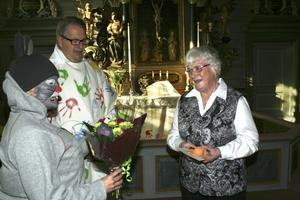 """Änglalik. Mona Oskarsson fick årets Ramundebodaängel av Råttan (Åsa Gruffman) och kyrkoherde Mårten Ericsson. Hon tycker det är livsviktigt att vara en god medmänniska, """"Det är därför vi är här på jorden"""", säger Mona.BILD: JESSICA UHLIN"""