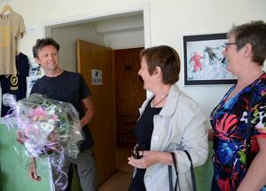 GLATT ÖVERRASKAD. Sico Dob fick ta emot gratulationerna som Årets företagare. Han driver tillsammans med hustrun Els Hällefors vandrarhem och kanotcenter. Uta Riedel och Magda van Almenkerk från Företagsföreningen överlämnade blommor och lovord.