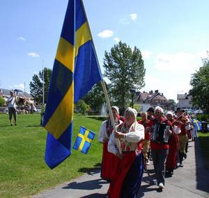 Spelmän och folkdansare anlände i kortege till Grönlandsparken i samband med nationaldagsfirandet i Malung.