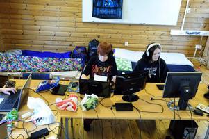 Nicklas Doverdal och Jens Nordlander spelar bland annat fantasyspelet Skyrim, där Jens karaktär är en varulv.