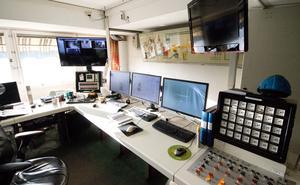 Kontrollrummet som styr fjärrvärmenätet. Med några enkla klick kan driftmaskinisterna se hur mycket de olika anläggningarna producerar just nu. Bland all avancerad teknik är termometern ett av de viktigaste instrumenten – att ha koll på temperaturen är avgörande.