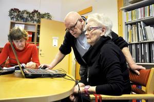 Karl-Erik Levin hjälper Ulla-Britt Lundin att komma vidare. Vid bordet också Saga Melin.