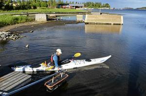 I hamnen i Juniskär tas kajaker snabbt och enkelt ner i det våta elementet.